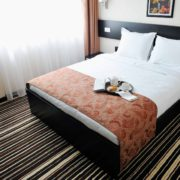 Hotelzimmer mit moderner Möblierung und Kaffeetablett