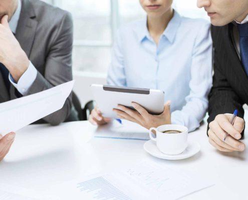 Geschäftsleute in einem Meeting mit Kaffee